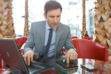 Kaspersky_Mann_mit_Smartphone_Tablet_PC_Lobby5-5